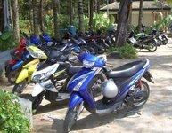Voiture et scooter à Phuket + marchand de Gasoline (2011)