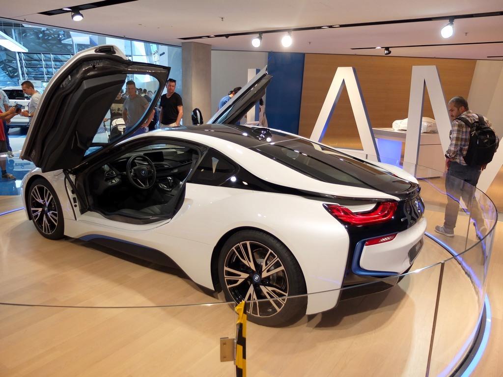 Photos prises à BMW Welt, la i8 n'y est pas accessible à la différence de la concession en centre ville de Munich ou de BMW Paris George V qui l'avaient en expo