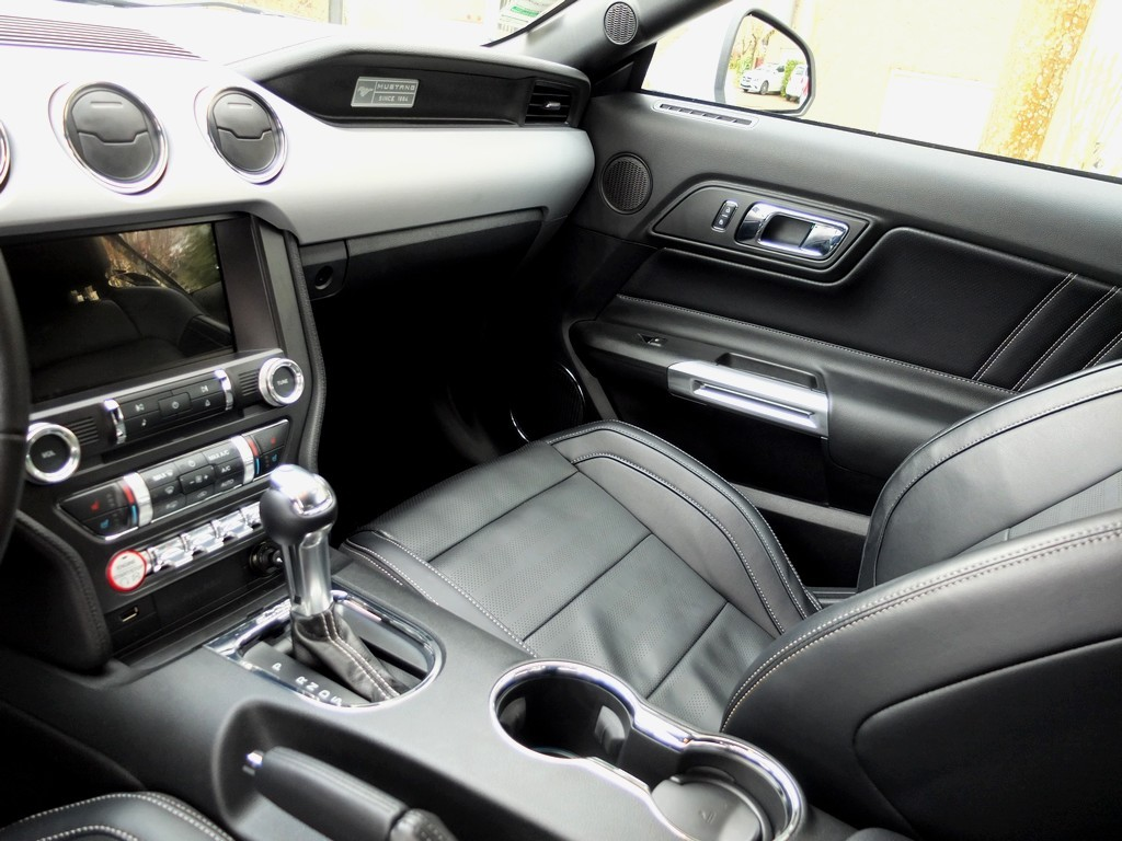 ford_mustang_interieur2