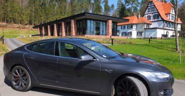 Tesla Model S devant le restaurant étoilé René Lalique