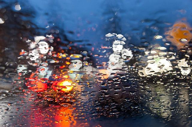 en voiture sous la pluie