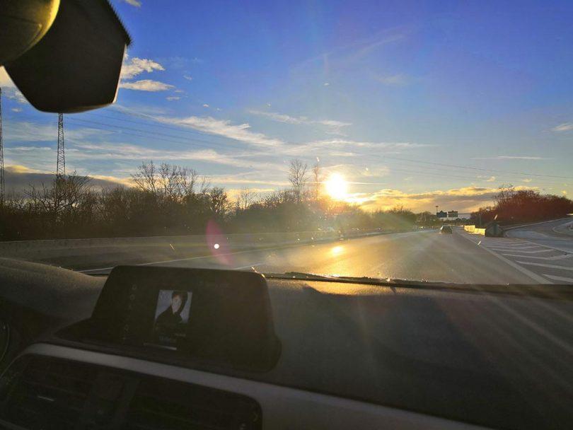 coucher de soleil à travers le pare-brise sur la route