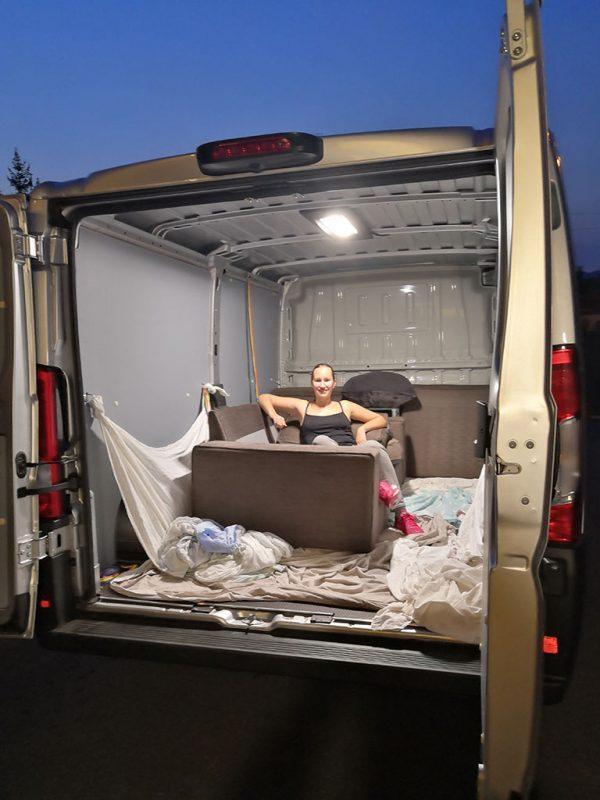 Miss280ch dans son camion de demenagement